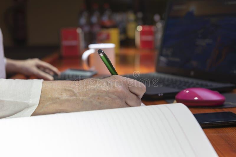 Persona che lavora con una penna in sua mano immagini stock