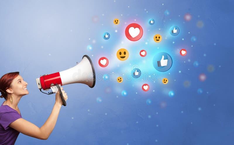 Persona che parla in altoparlante con il concetto sociale di media fotografia stock libera da diritti