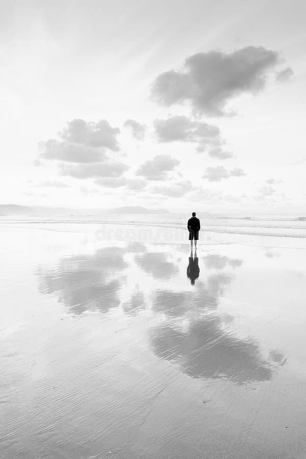 Persona che pensa nella spiaggia che esamina mare fotografie stock libere da diritti