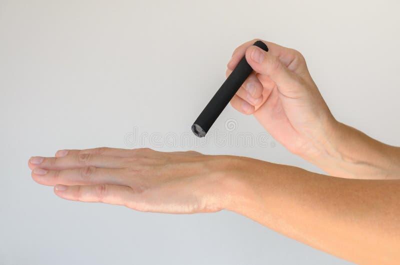 Persona che tiene piccolo dispositivo sopra il piano tenuto in mano fotografia stock libera da diritti