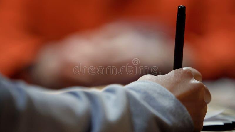 Persona che vota sull'elezione, penna di tenuta, operante giusta scelta, decisione avveduta fotografie stock