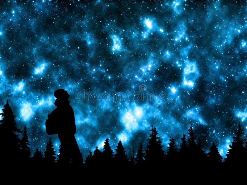 Persona con la mochila que mira las estrellas en cielo nocturno sobre el bosque del pino fotos de archivo libres de regalías