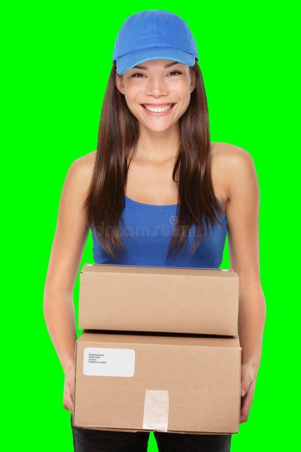 Persona de la entrega que lleva a cabo los paquetes fotografía de archivo libre de regalías