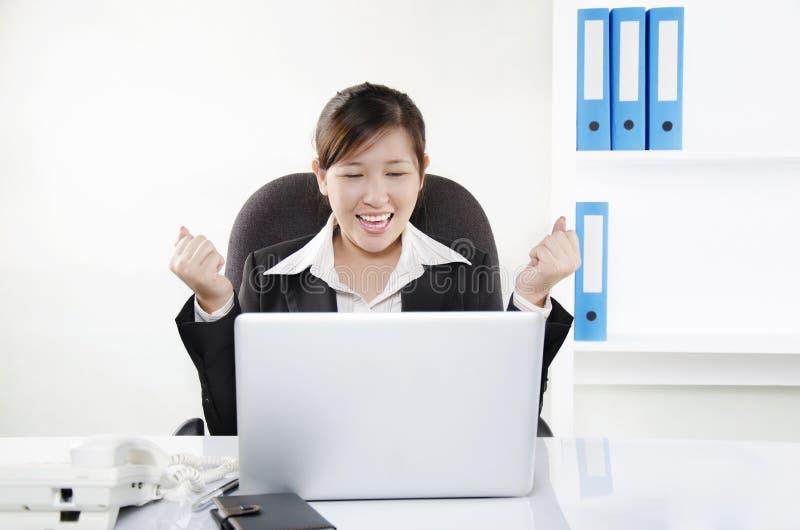 Persona del asunto que muestra su entusiasmo imagen de archivo libre de regalías