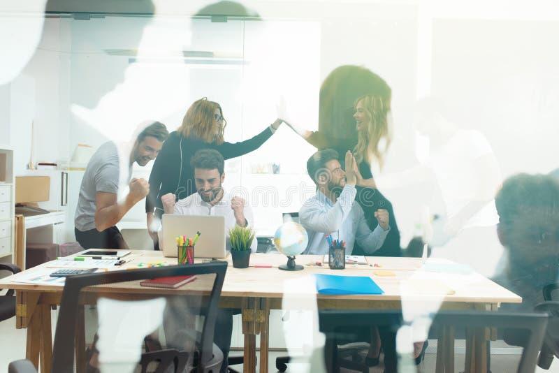 Persona del negocio del apretón de manos en la oficina concepto de sociedad del trabajo en equipo y del negocio Exposición doble fotografía de archivo