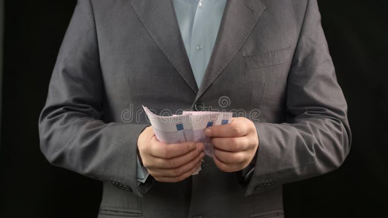 Persona del negocio que cuenta el dinero, el inicio acertado y la renta rentable fotografía de archivo libre de regalías