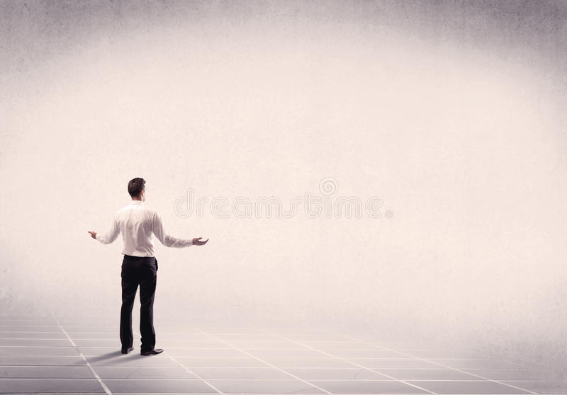 Persona del negocio que se coloca en espacio vacío fotografía de archivo libre de regalías