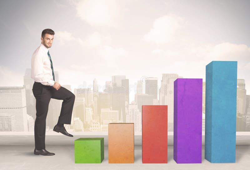 Persona del negocio que sube para arriba en concepto colorido de los pilares de la carta imagenes de archivo