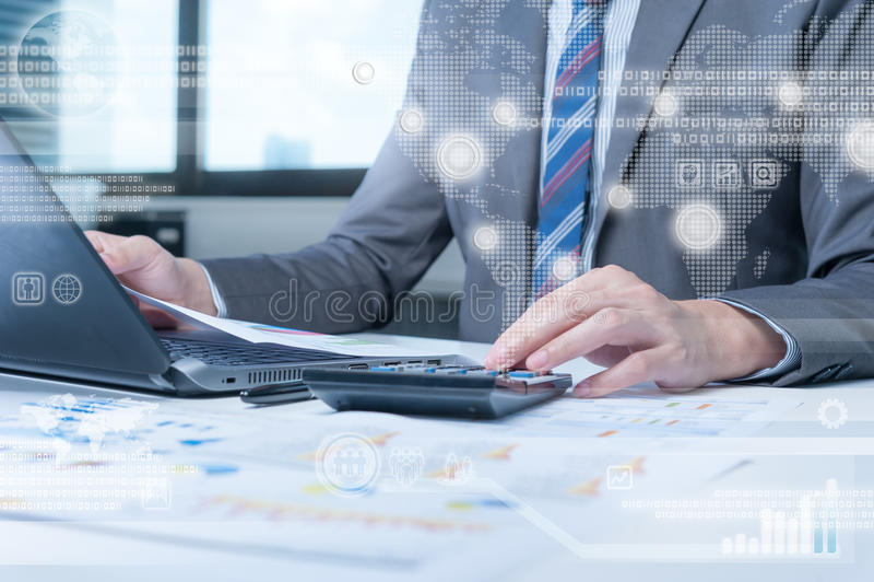 Persona del negocio que trabaja en el ordenador contra backgroun de la tecnología foto de archivo