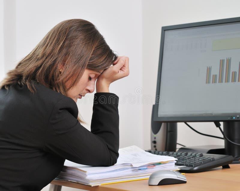 Persona deprimida y cansada del asunto en trabajo foto de archivo libre de regalías