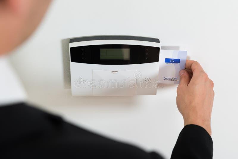 Persona di affari Hands Inserting Keycard in sistema di sicurezza fotografia stock libera da diritti