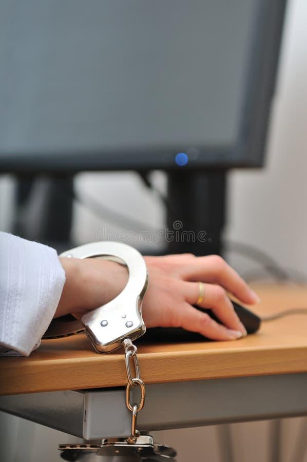 Persona di affari legata con le manette immagine stock