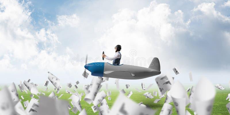 Persona di affari nel volo del casco dell'aviatore fotografia stock libera da diritti