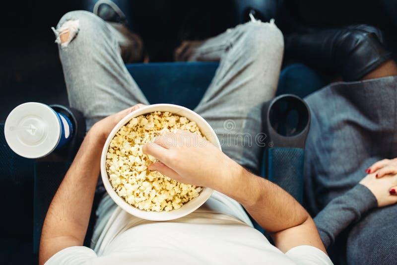 Persona di sesso maschile con popcorn in cinema, vista superiore immagine stock libera da diritti