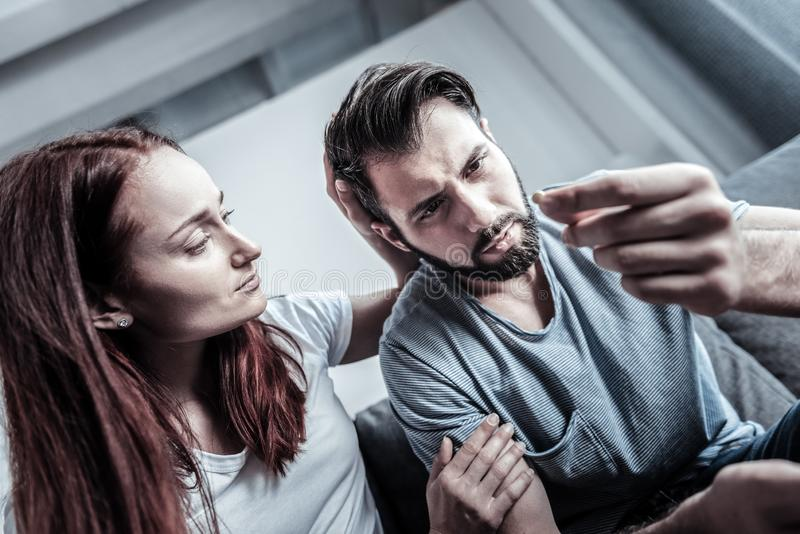 Persona di sesso maschile dipendente che fissa alla pillola fotografia stock