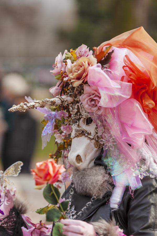 Persona disfrazada - carnaval veneciano 2014 de Annecy imagenes de archivo