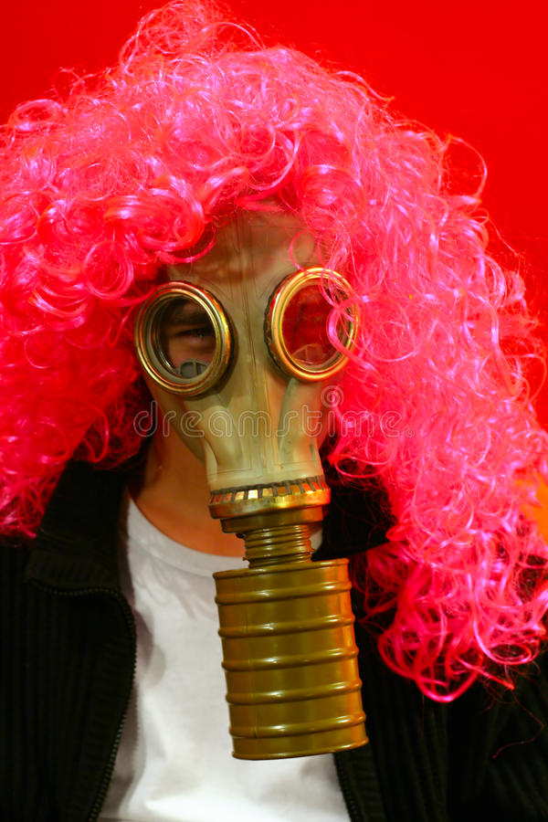 Persona divertente in maschera antigas fotografie stock libere da diritti