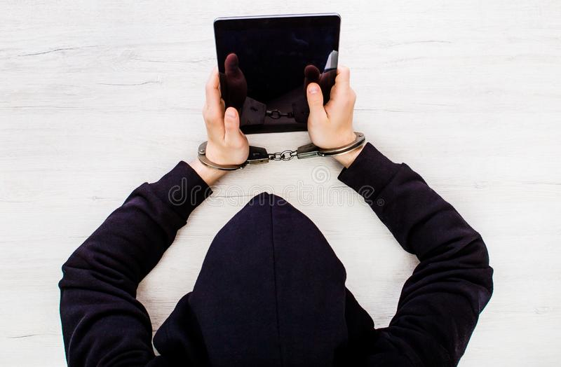 Persona en manillas foto de archivo libre de regalías