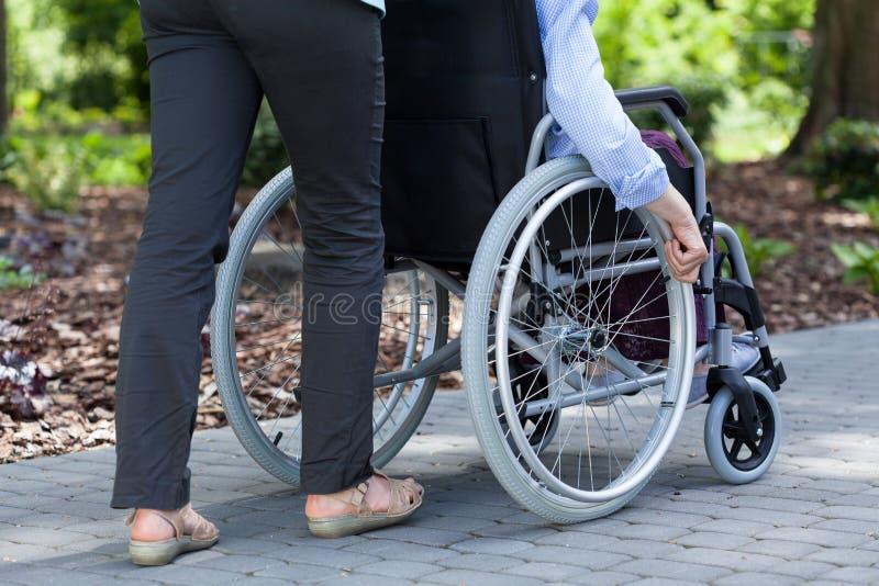 Persona en una silla de ruedas y un guarda fotos de archivo libres de regalías