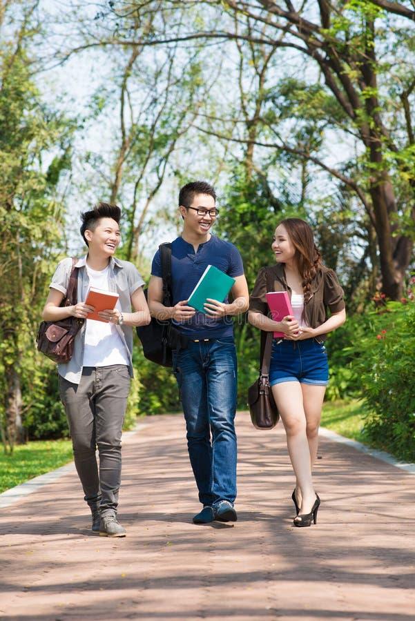 El caminar del campus imagen de archivo libre de regalías