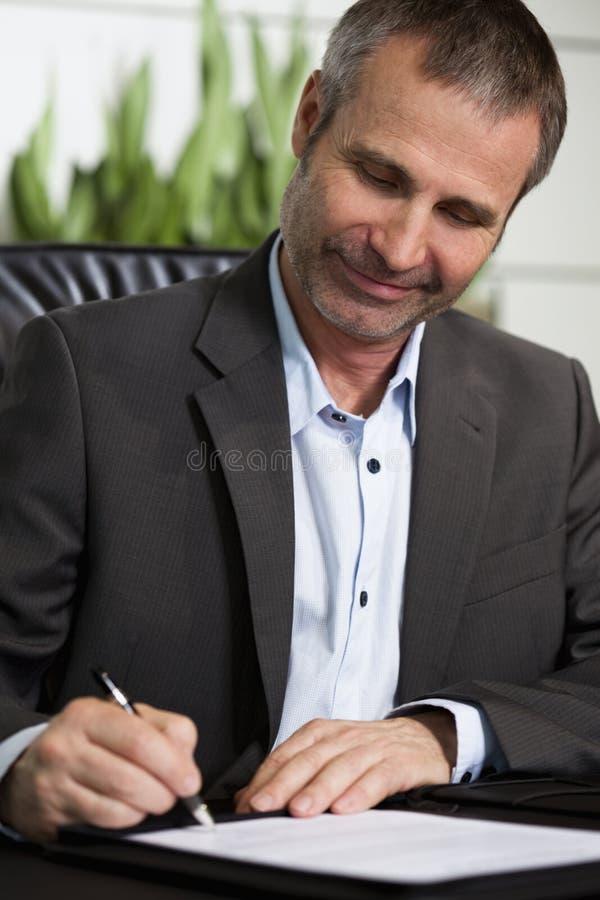 Persona feliz del asunto que firma un contrato. imagenes de archivo
