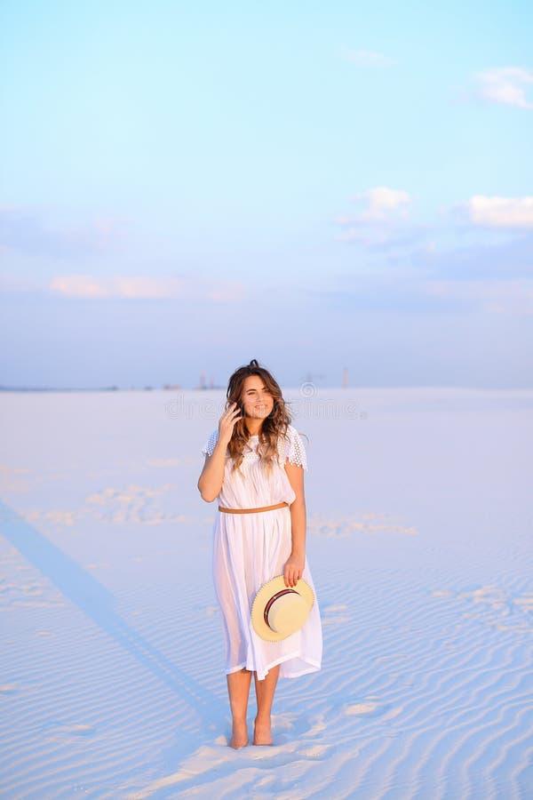 Persona femenina joven que guarda el sombrero, el vestido que lleva y la situación en s imágenes de archivo libres de regalías