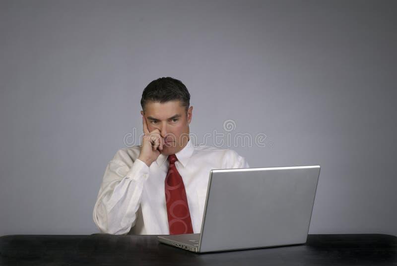 Persona masculina del asunto que parece seria fotos de archivo libres de regalías