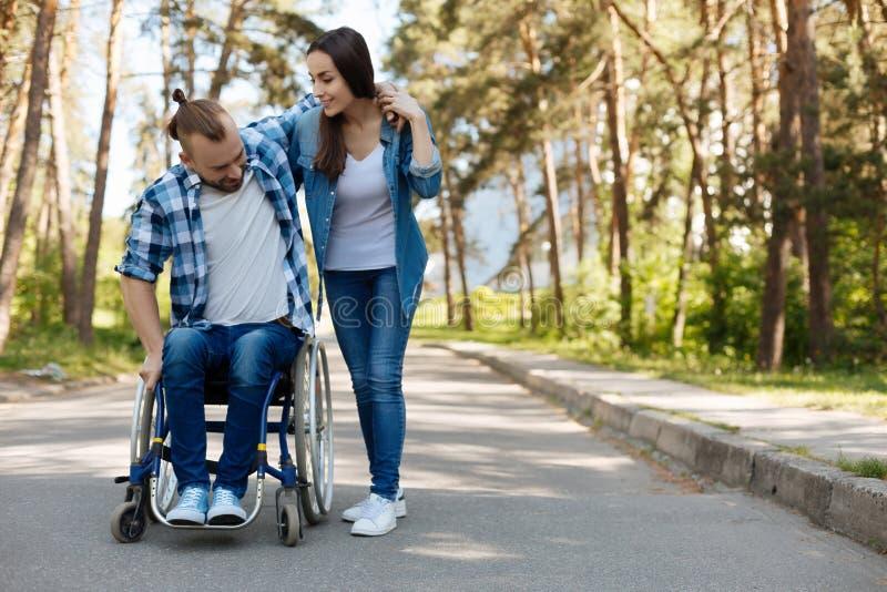 Persona masculina discapacitada que intenta levantarse imagen de archivo