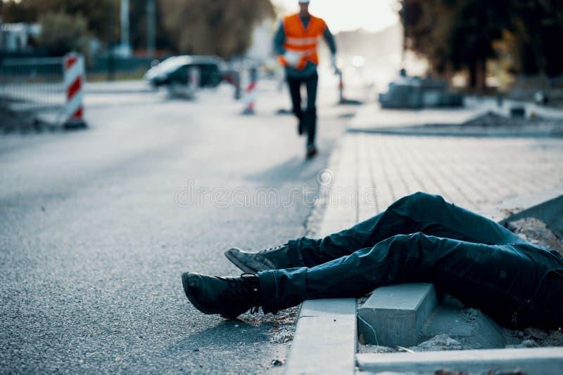 Persona muerta en la calle después de un accidente en las obras por carretera resultado imágenes de archivo libres de regalías