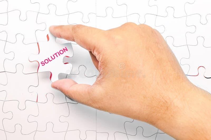 Persona que cabe el pedazo pasado del rompecabezas Imagen del concepto del problema tan foto de archivo