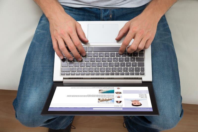 Persona que charla en sitio web social fotos de archivo libres de regalías
