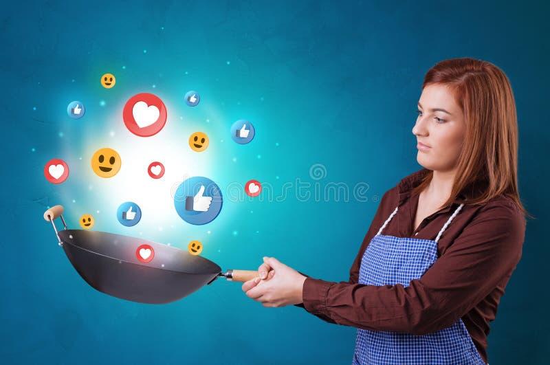Persona que cocina concepto social de los medios en wok fotografía de archivo