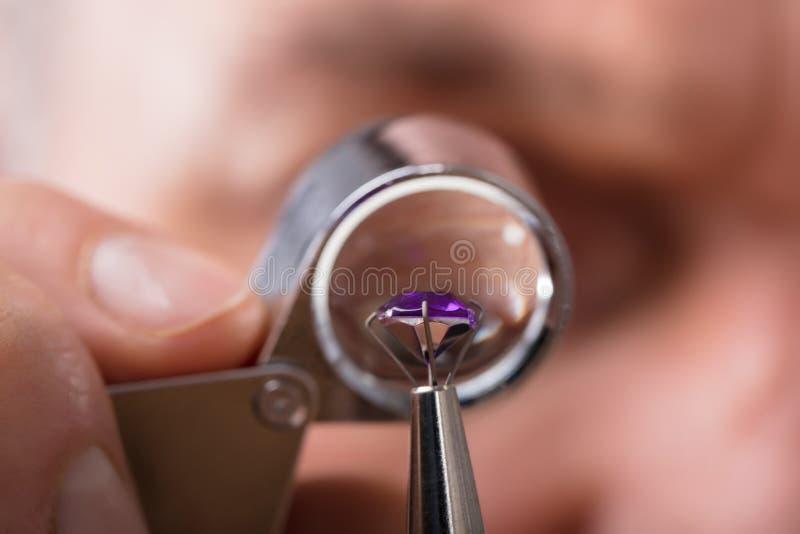 Persona que comprueba la calidad del diamante foto de archivo