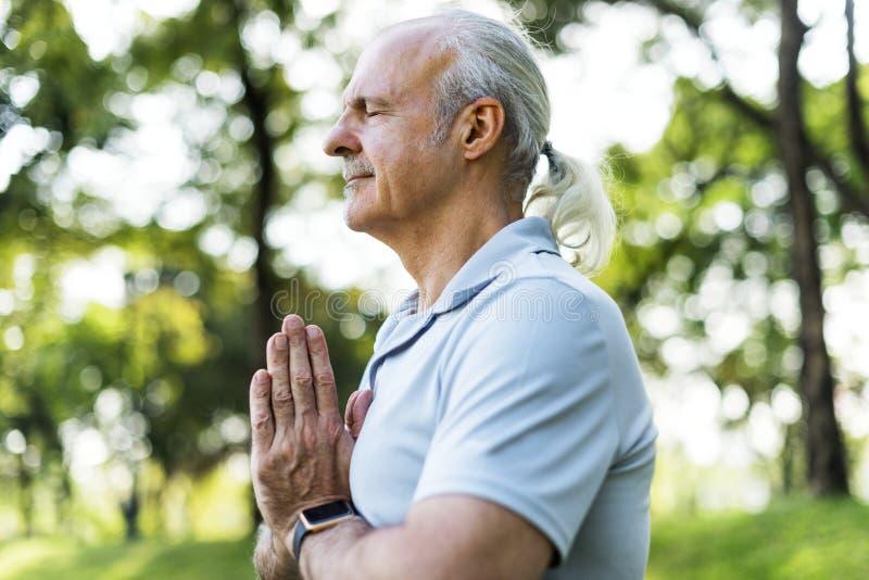 Persona que hace yoga en el parque fotos de archivo