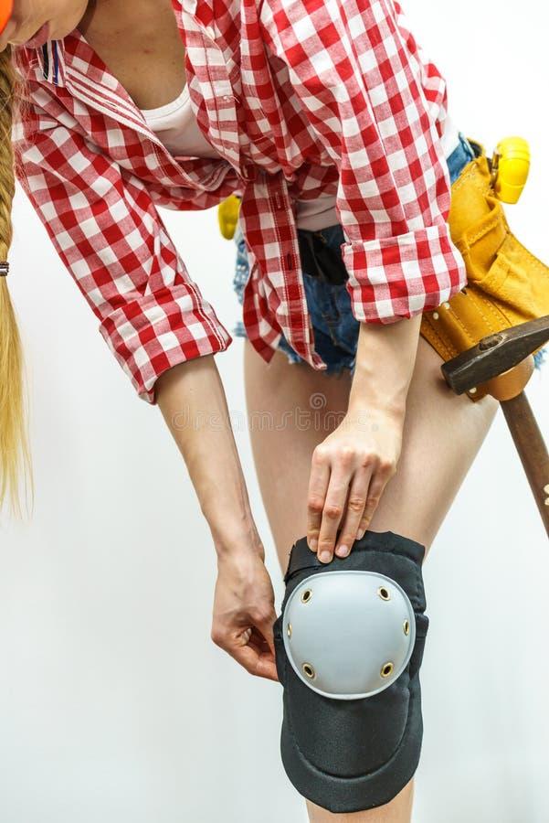 Persona que intenta en las rodilleras fotografía de archivo libre de regalías