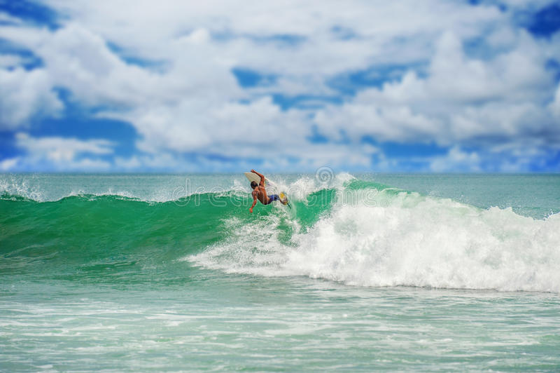 Persona que practica surf atlética con el tablero fotos de archivo