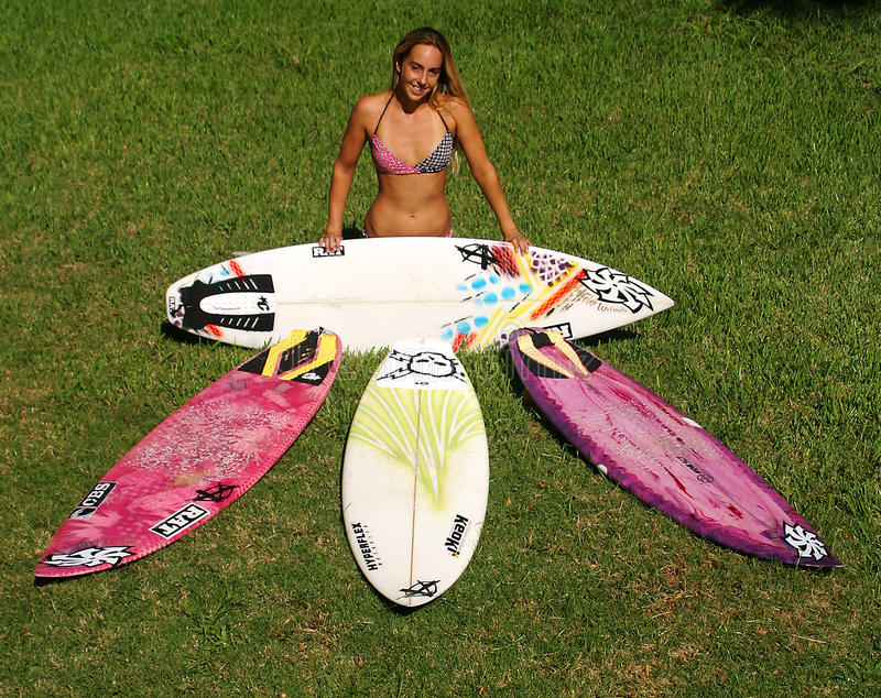 Persona que practica surf Cecilia Enríquez de la mujer profesional fotografía de archivo