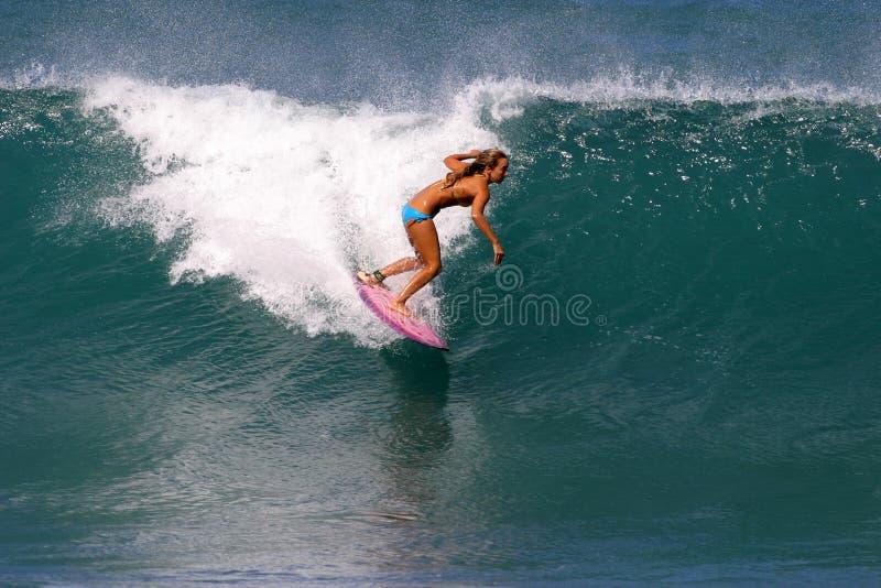 Persona que practica surf Cecilia Enríquez que practica surf en Hawaii fotografía de archivo