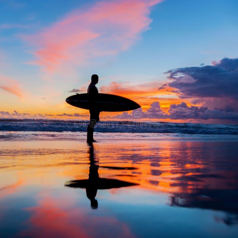 Persona que practica surf con el tablero fotos de archivo libres de regalías