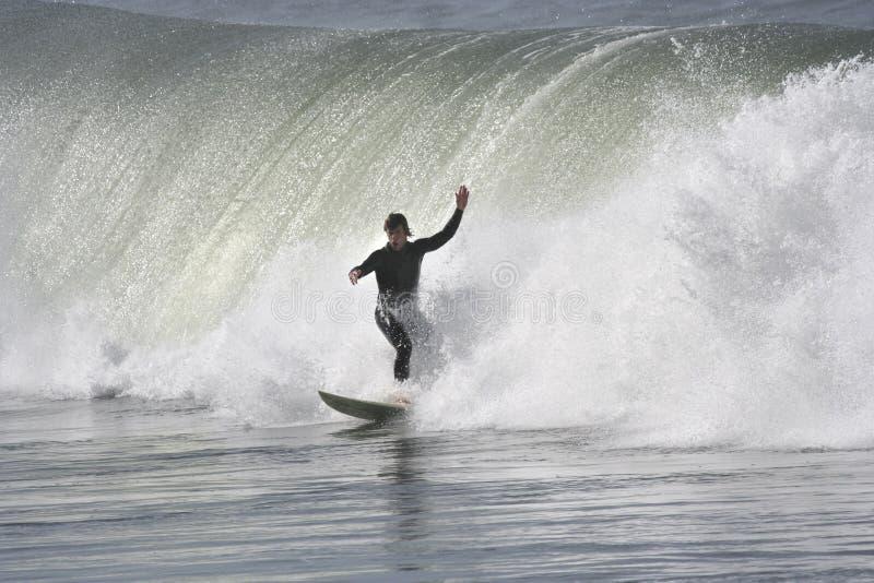 Persona que practica surf con una onda grande fotos de archivo libres de regalías