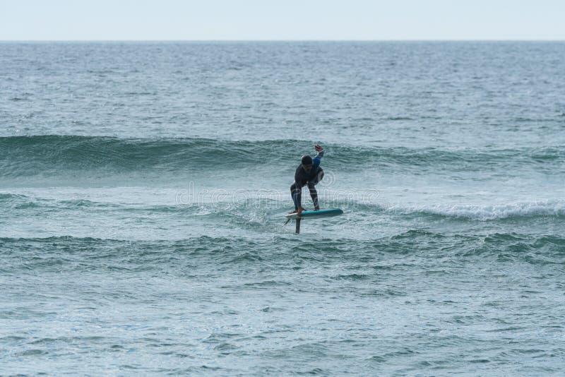 Persona que practica surf de Hidrofoil imagenes de archivo