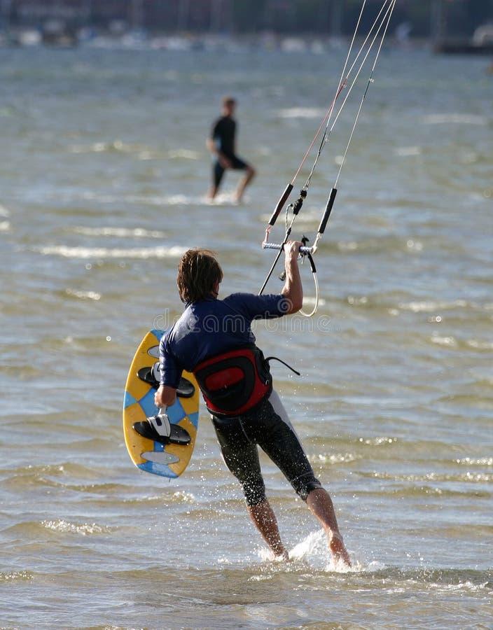 Persona que practica surf de la cometa foto de archivo