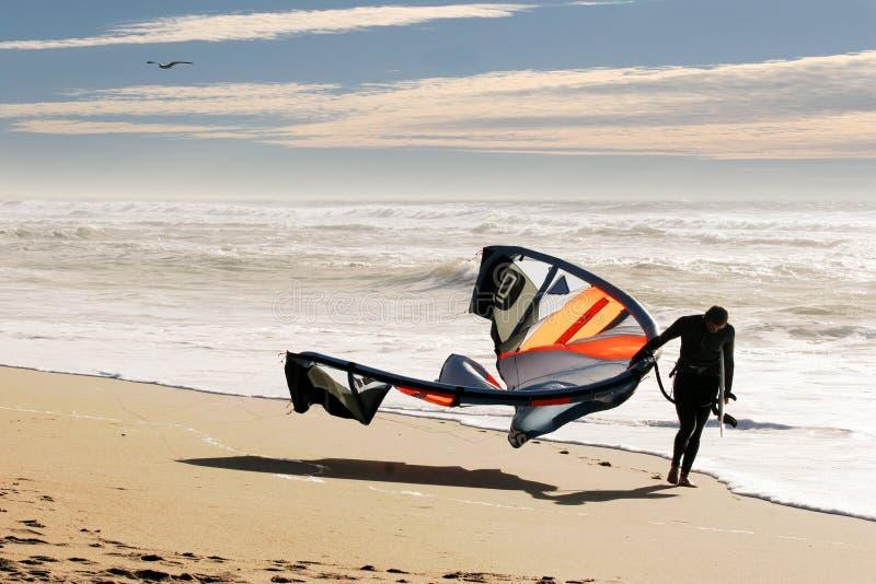 Persona que practica surf de la cometa en la playa foto de archivo