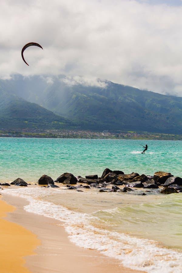 Persona que practica surf de la cometa en la playa foto de archivo libre de regalías