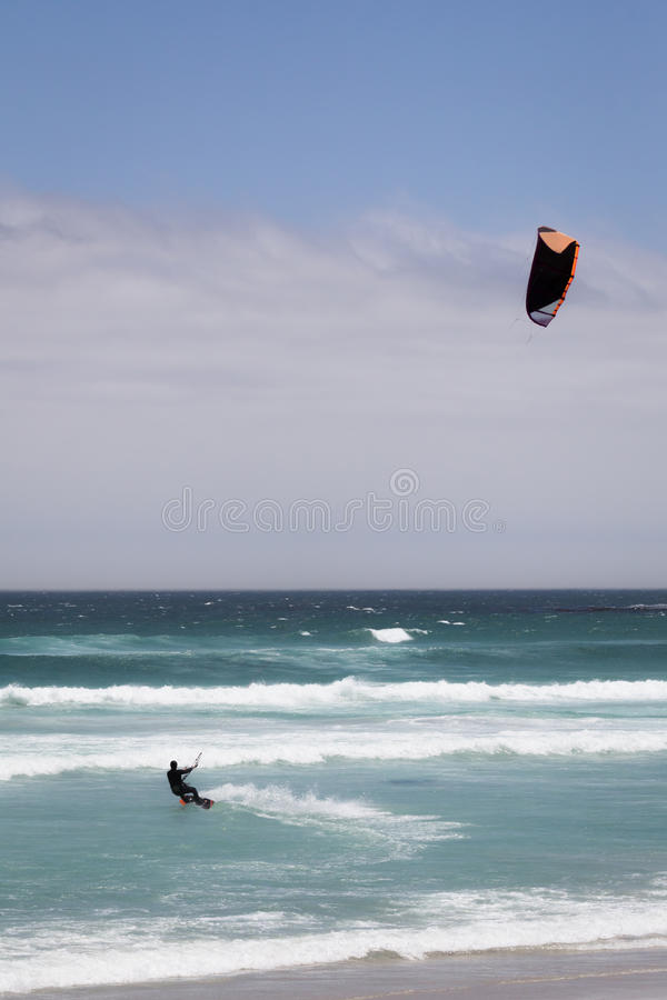Persona que practica surf de la cometa en Océano Atlántico fotos de archivo