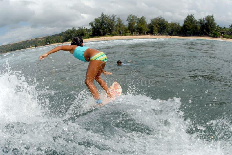 Persona que practica surf de la muchacha imágenes de archivo libres de regalías