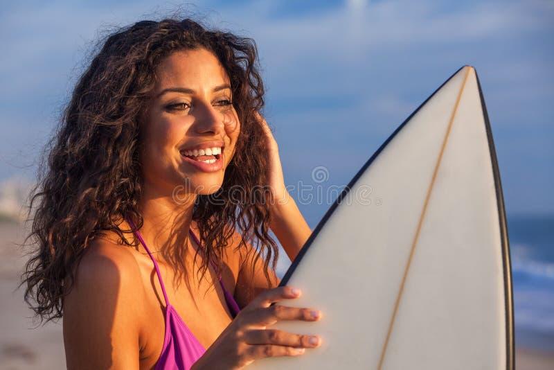 Persona que practica surf de la muchacha de la mujer del bikini y playa hermosas de la tabla hawaiana fotografía de archivo
