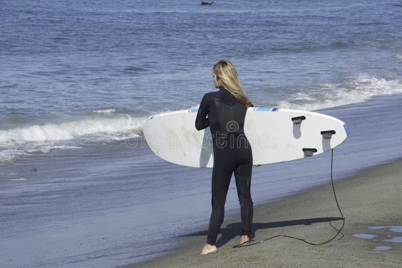 Persona que practica surf de la mujer imagen de archivo