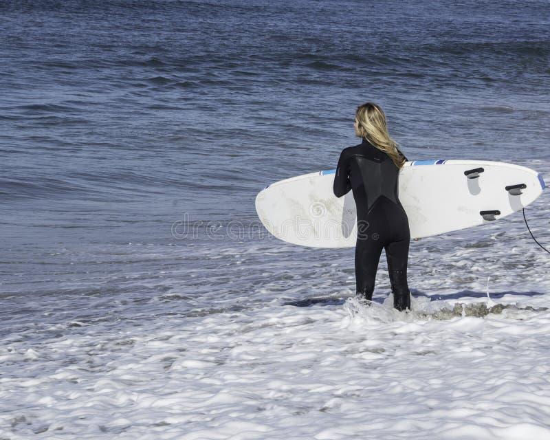 Persona que practica surf de la mujer fotos de archivo