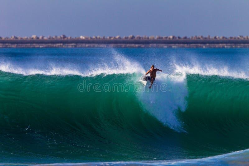 Persona que practica surf de la onda del error de la sincronización   foto de archivo